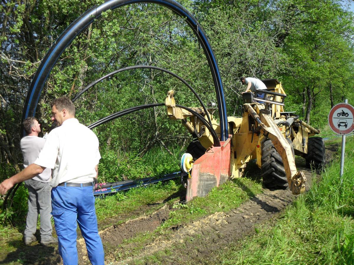 Einpflügen der Wasserleitung DN 150 mit drei Stromkabeln sowie einem Leerrohr für das Glasfaserkabel