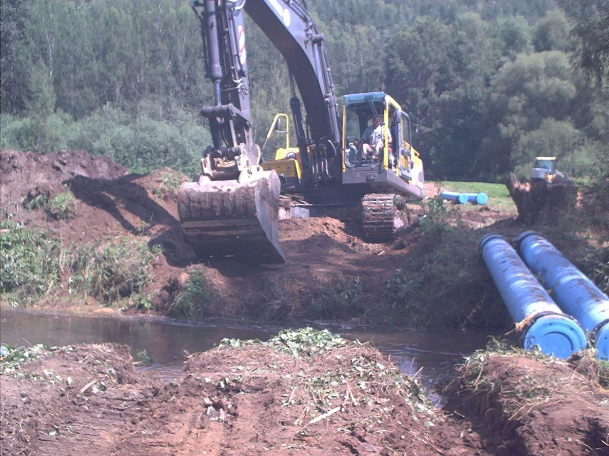 Querung des Thumbach mit schwerem Gerät zum Verlegen der Gussleitung DN 350 (Länge 1.5 km)